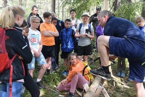 UTESKOLE: Ragnar Nørstrud var instruktør da 5. og 7. klasse ved Tinnesmoen skole fikk lære om skogsdrift, redskaper og teknikker i skogen på uteskole.