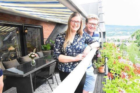 VALGTE BYEN: Ingunn Birkeland Kvålseth og Ruben Kvålseth veide for og imot - og valgte å flytte fra enebolig til leilighet i Storgata. Det har de ikke angret et sekund på - og tror mange andre barnefamilier også kunne trives med det.
