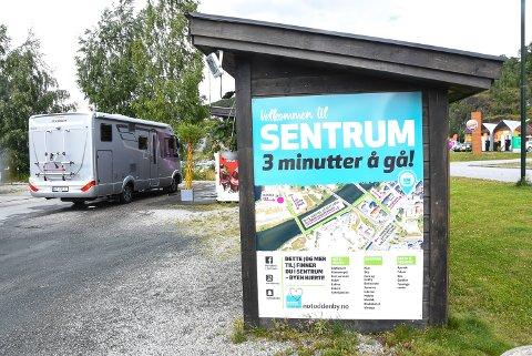 TURISTINFO: Bobilturistene stortrives på Nesøya og en diger plakat forteller dem at det er kort vei til sentrum. Men det kunne vært plass til enda mer turistinformasjon på byens mest populære stoppested.