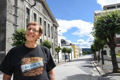 BLUESGJEST: Børre Myhre Beggerud fra Bærum tok turen til bluesbyen selv om den store festivalen er avlyst. Han har bare ett ønske for bluesfestivalen i fremtiden: flere konserter i Hydroparken.