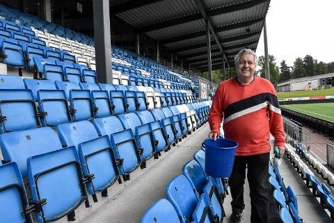 VASKET: Jan Ekeberg Tveiten tok på seg en stor dugnadsjobb fot Notodden Fotball. Han tilbød seg å vaske samtlige 2252 seter på Optime Arena.