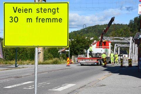 STOPP OG SNU: Som varslet ble Tinnåa bru stengt mandag 3. august. Dermed kan du ikke krysse elven via Heddalsveien før nærmere jul. Fotgjengere og syklister vil fortsatt kunne bruke brua.