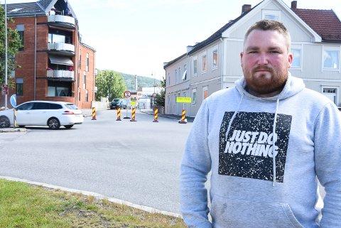 IKKE FORNØYD: Even André Larsen og andre som bor på denne siden av Tinnelva mener det trengs en bedre omkjøringsløsning mens Tinnåa bru er stengt i høst.