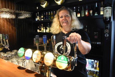 Ikke etter midnatt: klokka 24 blank stenger Charlotte Pedersen og alle andre bartendere  alkoholserveringa. De nye smittevernreglene gjelder for alle sjenkesteder landet over.