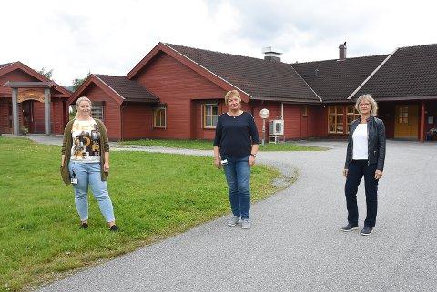 BESØKSREGLER: Virksomhetsleder Veslemøy Hegna Gjuv (Haugmotun), Arnhild Hagen Øygarden (Gransherad bygdeheim) og kommuneoverlege Mie Jørgensen ser behovet for å minne om hvorfor besøksrutinene fortsatt må være strenge.