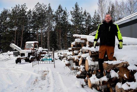 FORRETNINGSIDE: Kremmergenene til Vidar Skare slo inn da han så at salget av bålpanner hadde skutt i været. Nå leverer han ved langt utenfor Notoddens grenser.