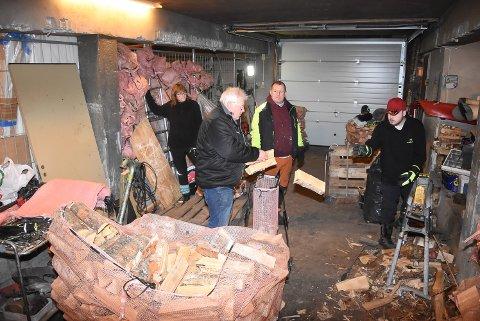 ARBEID: Ole Thomas Eriksen har fått verdifull arbeidstrening av Vidar Skare. Han kløyver og pakker vedsekker. Her sammen med Rita Jonassen og Arvid Helgesen (to fra venstre).