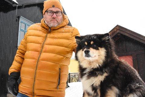 TURKAMERATER: Før Espen Irgemo møtte Kira (5) var han litt redd for hunder. Nå går de tur sammen flere dager i uka sammen med turgjengen på Kilden.