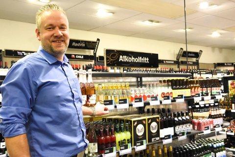 ØKER: Daglig leder Tom Erik Smørgrav på Vinmonopolet på Notodden fortsetter å selge mer og mer. (Arkivfoto)