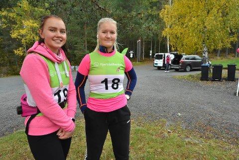 KLARE FOR START: Ingeborg Hovdejord og Astrid Iversen var hjertelig til stede på Rosa sløyfe-løpet på Tinnemyra søndag morgen - matchende dagens tema.