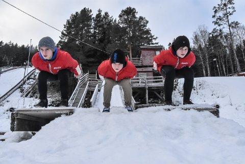 TEAM: Andre Rauland (t.v), Nicklas Tveiten og Halvor Haugland er alle født i 2007. Nå har de blitt med i hoppteam som trenes av kapasiteter på området.