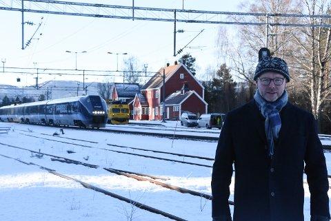 STOPP: Bjørn Evenrud Berg mener det må jobbes for en gjenåpning av Hjuksebø stasjon slik at pendlere kan ta toget i retning Oslo. Han har liten tro på at GoAhead ønsker stopp, så nå ber han Notoddens politikere å ta eierskap i togdebatten.
