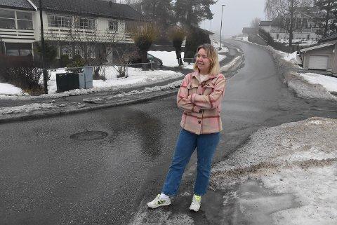 SKILT: Det ble funnet totalt fem bilskilt her i Tveitdalen søndag. Åste Hammer fant tre av dem.