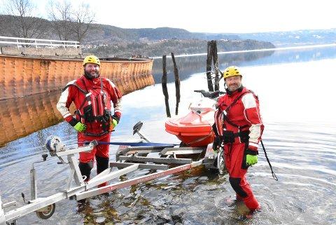 VANNGRUPPE: Per Christian Mustorp (operativ leder) og Jostein Ruud (t.h) håper å blåse skikkelig liv i  vannredningsgruppa til Notodden Røde Kors igjen.