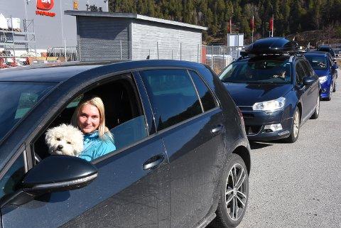Hedda Høgetveit hadde med hunden Silas til test-avtalen sin. Hun måtte i likhet med veldig mange andre stå i lang kø denne formiddagen.