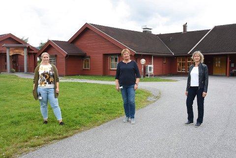 BESØK: Her er Veslemøy Hegna Gjuv (f.v.), Arnhild Hagen Øygarden og Kommuneoverlege Mie Jørgensen da de informerte om besøksrestriksjoner  for litt siden.