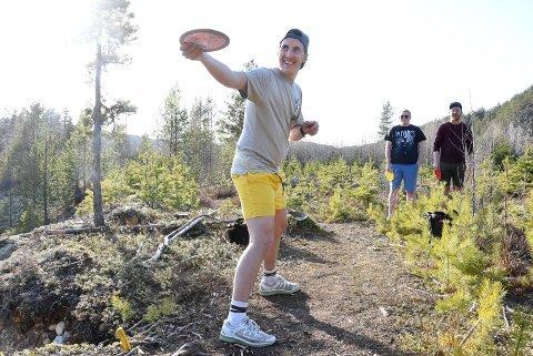 POPULÆR SPORT: Heine Bø Martinsen, Steinar Bakka og Eirik Haugen er blant de rundt 20 på Notodden som elsker å spille frisbeegolf i skogen ved Haave Grustak og jobber for å få til en permanent bane. Onsdag holder Heine nybegynnerkurs for alle som har lyst til å prøve.