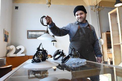 SKOMAKER: Firmaet No.80 - med Adrian Pettersen restaurerer gamle lamper. Hans personlige favoritter er gamle skomakerlamper som disse, men på lageret har han også mange andre typer.