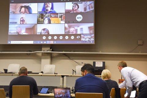 DRØFTET LEGESENTERET: Tjenesteutvalget foregikk også denne gang digitalt med kun administrasjonen og et par politikere i kommunestyresalen. Virksomhetsleder Ingrid Smeland (nr to fra toppen til høyre på skjermen) forklarte om utfordringer og forbedringer ved Tinneberget legesenter.