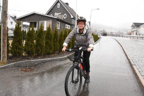 I FARTA: Elisabeth Høyem har syklet vår, sommer og høst til og fra jobb i mange år. Noen ganger også om vinteren hvis det er mulig. Hun elsker å våkne av den friske luften om morgenen.
