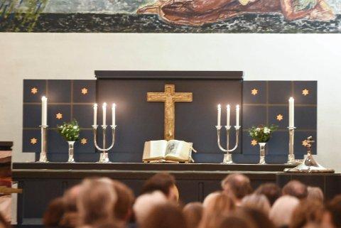 STENGES: Alle kirkene i Notodden stenges igjen på grunn av den uklare smittesituasjonen lokalt nå. Dermed er alle de nærmeste gudstjenestene avlyst. Bildet er fra Notodden kirke.