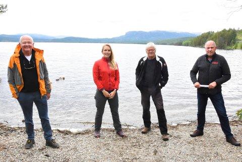JUNI 2020: Grunneier Anne Rokne Bolkesjø og SV-erne Håvard Bakka, Reidar Solberg og Borgar Løberg fortalte om mulighetene for et tilrettelagt badeområde med parkering ved Jonrud-flatin ved Follesjøen i juni i fjor.