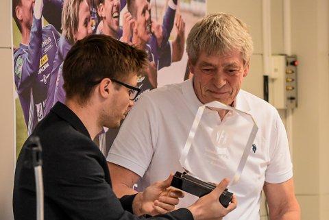 ÆRESMEDLEM: Styreleder Andreas Granerud overrekker Ingar Kjosvold æresmedlemskap i Notodden Fotball.