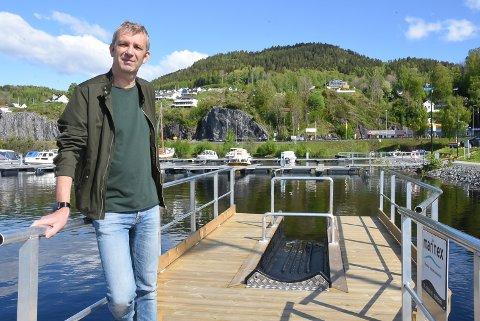 ÅRETS TILSKUDD: Ole-Johan Natadal, leder av Nesøya Marina, viser frem årets utvidelse av anlegget - en universell padlerampe som gjør det lettere, uansett bevegelighet i kroppen, å komme seg opp i kajakk og kano.