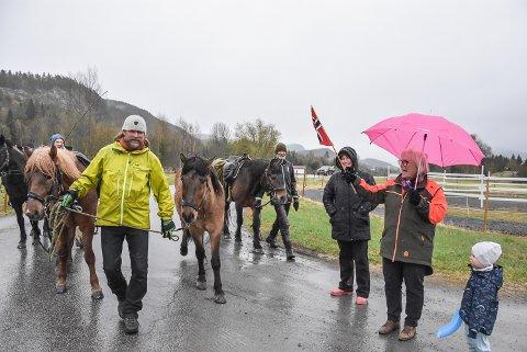 VELKOMMEN: Eldbjørg Haugen hadde tatt med flagg for å ønske tre menn og fire hester velkommen til Hjuksebø. Hos Bente Haugedal (bak Eldbjørg) skulle hestene overnatte fra onsdag til torsdag. Trond Henriksen i gul jakke.