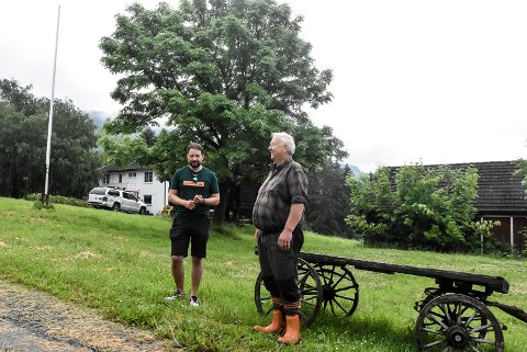 KJØPER: Olav Ramberg (t.h) og Thomas Tinne er enige om at Olav kjøper jorda som tilhører Ramberg Suistugo i Tinnegrend.