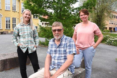 ENDELIG RØYKFRI: Susann Kvalø Bugodt (t.h.) og Toril Aasmundstad (t.v.) ved Frisklivssentralen er stolt av Willy Lien og de andre som klarte å stumpe røyken i koronaåret. Til høsten er det nytt kurs, og Willy anbefaler kurset på det varmeste til alle som er like lei av røyken som han selv var.