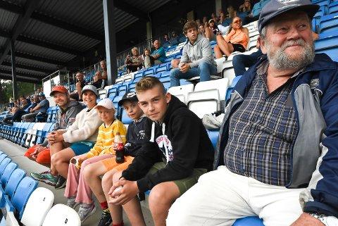HEIA NFK: Kjell Killi, Marit Grindalen, Ane Killi (9), Eskild Haugarnet (11), Simen Killi (12) og Per Nilsen var seks av 412 som brukte et par timer av lørdagskvelden på NFK-kamp.