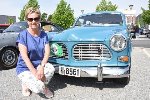 GAMMEL KJENNING: Bente Slåtta med farens gamle Volvo Amazon som hun øvelseskjørte med i 1969 da hun skulle ta sertifikatet. Hun deltok med ektemannen Andres, som dukker opp i bildeserien med flere bilder fra Verdensarvløpet 2021.