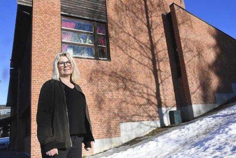 VOKSER: Rektor ved Hjuksebø Montessoriskole Beate Eie ser frem til å ta imot 13 nye førsteklassinger og fem nye elever ved andre klassetrinn. Aldri har skolen hatt så mange elever som ved skolestart i august.