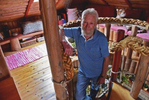 KREATIV SJEL: Svein Håtveit (82) har innredet hjemmet sitt med skatter han har funnet og hjemmesnekra møbler. Tauet på trappa fant han på en kai i Horten!