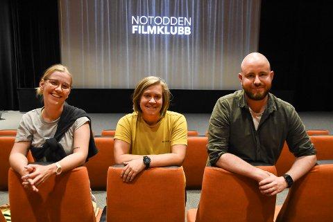 FILMINTERESSERT: Kristine Helliesen og Emilie Finnekåsa starter opp igjen Notodden Filmklubb med god hjelp av Andreas Meyer Hansen ved Bok & Blueshuset.