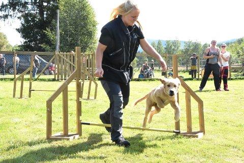 AGILITY: Eli Hagen og lille Leo viste hvordan det skal gjøres i hinderløypa da hundeklubben arrangerte Hundens dag i Heddal lørdag.