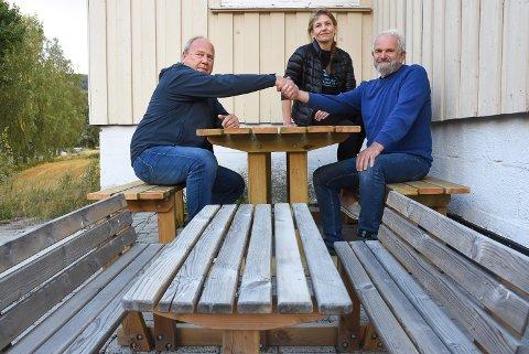 GAVEN: Runar Tjønnheim i Heddal velforening takker Tone Hovde og Arvid Lia fra Fagforbundet for benkene som de spanderte i gave til Folkestien.
