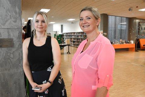 FORHÅNDSSTEMTE: Nilia Kamilla Storøygard Lie og Marianne Halstensen sto i køen ved stemmelokalet i Notodden bibliotek fredag, noen timer før fristen gikk ut. De var ikke alene. Det var 363 personer som benyttet sjansen fredag.