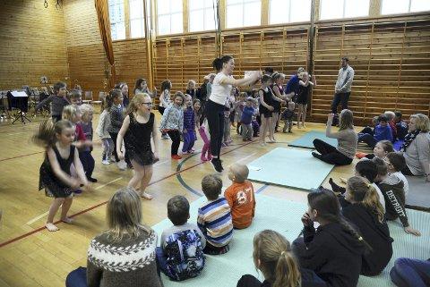 Instruktør i dans, Anne Stine Sæther fikk med seg alle elevene i 1., 2., og 3. klasse til felles danseleksjon i gymsalen.
