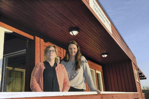 LEGGES NED: Fløya barnehage i Kristiansund legges ned fra i høst. Både ansatte og unger vil få tilbud om åvære med over til den nye barnehagen i Karihola. Fra venstre plasstillitsvalgt Anita Rokstad i Fagforbundet og enhetsleder Grethe Kristin Neergaard.