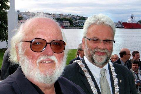 Jahn Otto Johansen har vært i Kristiansund mange ganger, og satte blant annet stor pris på byens entusiastme for klippfisk. Bildet er fra et arrangement i 2010, og Johansen står sammen med daværende ordfører Per Kristian Øyen.