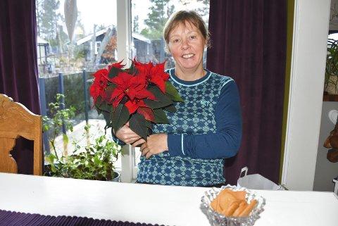 KJØKKENSJEFEN: Henny Nordvik har jobbet i 22 år med å servere mat til eldre pleietrengende fra kjøkkenet på Tustna helse- og omsorgssenter.