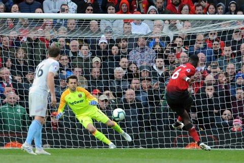 Paul Pogba, som her setter inn en av sine to straffer, ble Manchester Uniteds store helt lørdag.