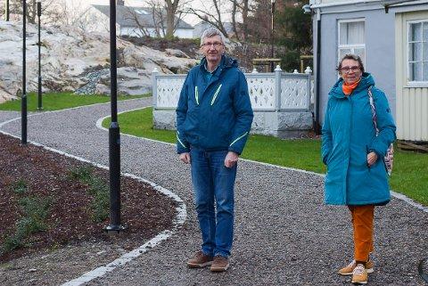 Sokneprest Tormod Sikkeland og leder for meninghetsrådet Else Stokstad er glade og fornøyde etter uteområdet rundt Kirkelandet kirke ble ferdigstilt.