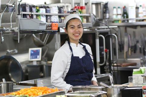 Pinmanee Rangsee har funnet yrket sitt. Hun er kokkelærling på hurtigruten.