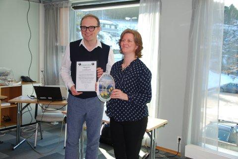 Leiar Åsmund Ormset i Nordmøre Mållag saman med målprisvinnar Gro Kjelleberg Solli.