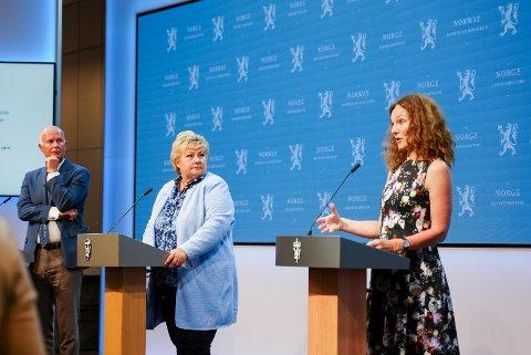 Helsedirektør Bjørn Guldvog, statsminister Erna Solberg og Camilla Stoltenberg under pressekonferansen om koronasituasjonen.