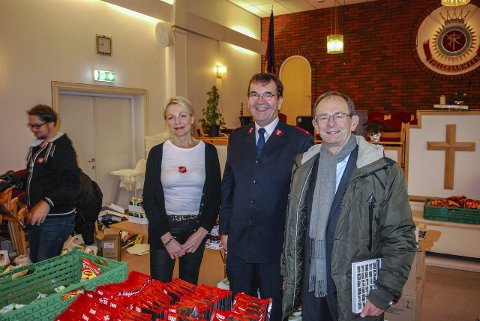 JULEBESØK: Fylkesmann Erling Lae besøkte mat-utdelingen i går. Her sammen med Guro Fossnes og Helge Østergreen.