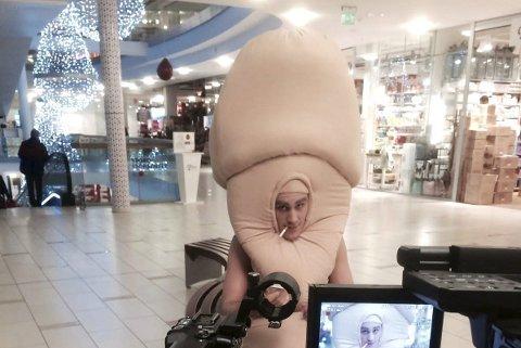Skuespill: En mann, utkledd som penis, vandrer rundt på et kjøpesenter på jakt etter damer. Foto: fhi